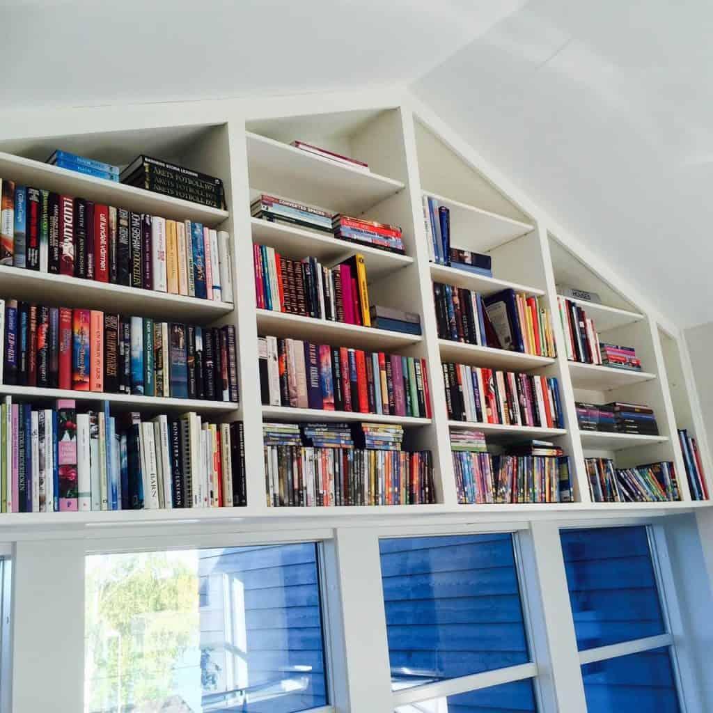 Platsbyggd bokhylla över fönster