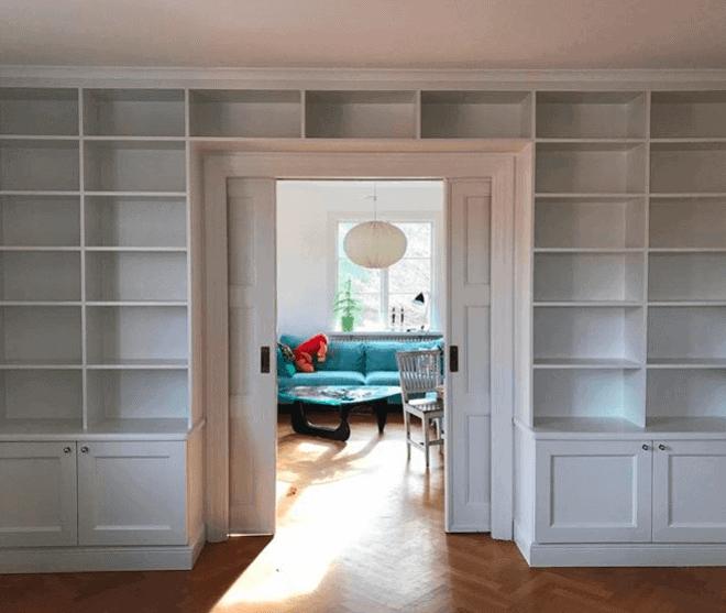 Platsbyggd bokhylla förvaring runt dörr