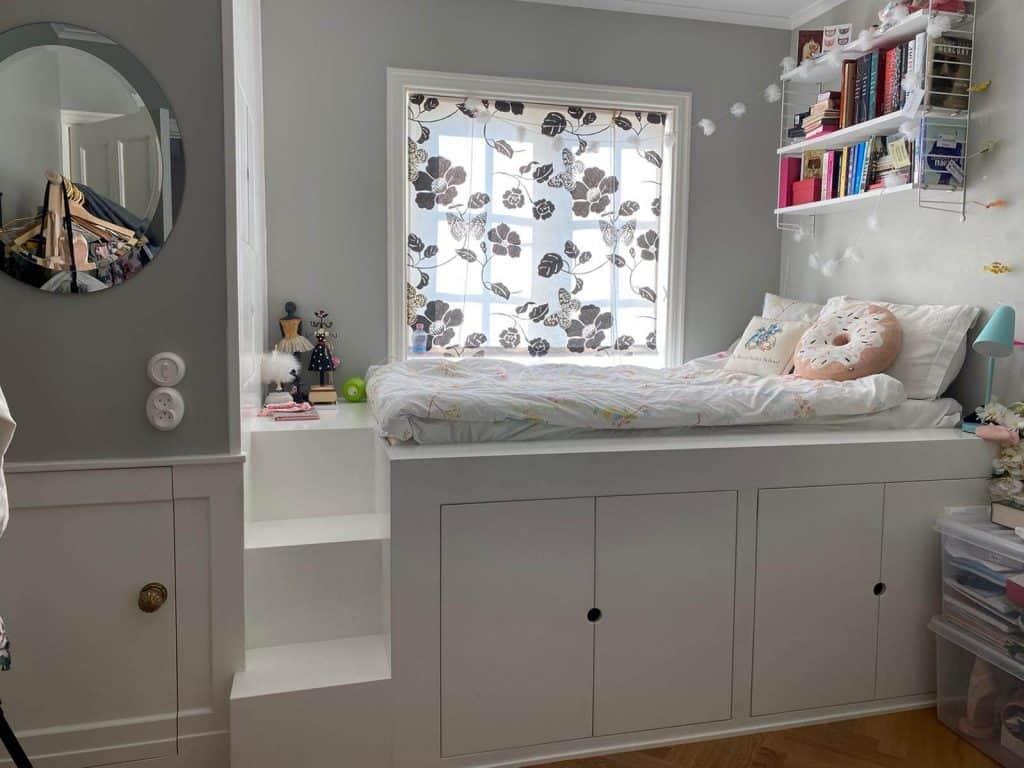 Platsbyggd säng med förvaring