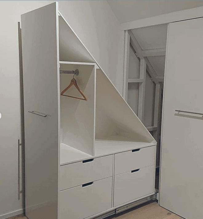 Platsbyggd förvaring garderob snedtak